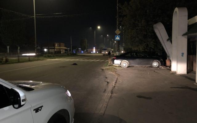 В Бердянске из-за открытого люка автомобиль въехал в остановку (ФОТО) Фото № 1