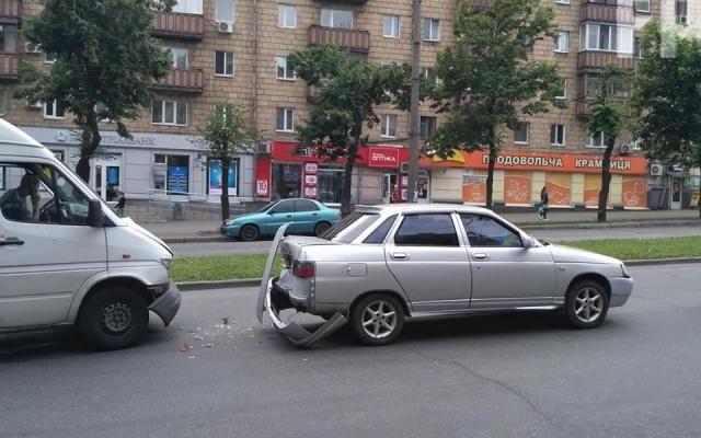 В центре Запорожья маршрутка въехала в легковушку