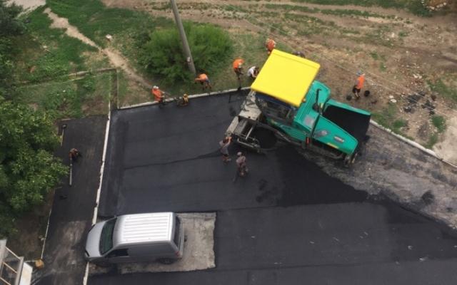 Курьезы: Коммунальщики заасфальтировали автомобиль Фото № 0