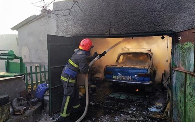 В Запорожской области сгорел гараж с машиной внутри (ФОТО) Фото № 0