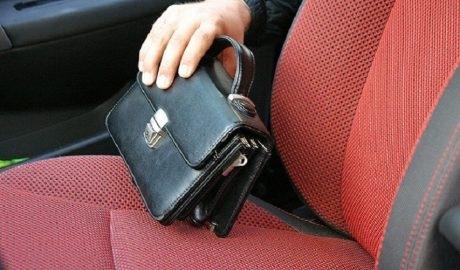 В Запорожье злоумышленники украли из машины 30 тысяч долларов Фото № 0