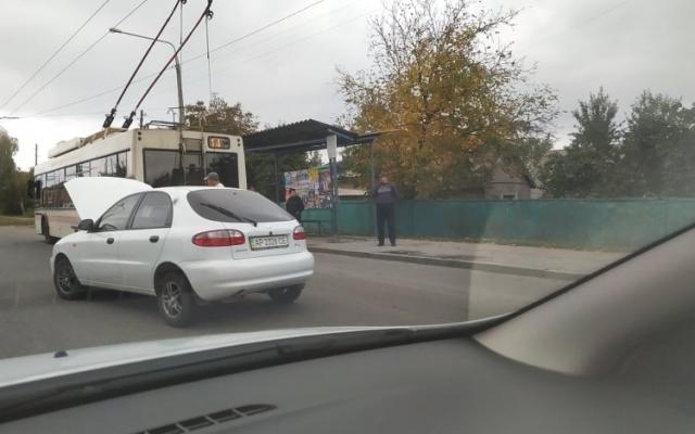 В Запорожье водитель авто столкнулся с неподвижным троллейбусом (ФОТО) Фото № 0