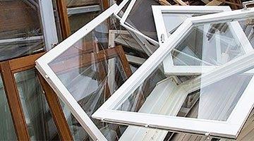 С балконов падают вещи: в Запорожье мужчина выбросил оконную раму (ВИДЕО) Фото № 0