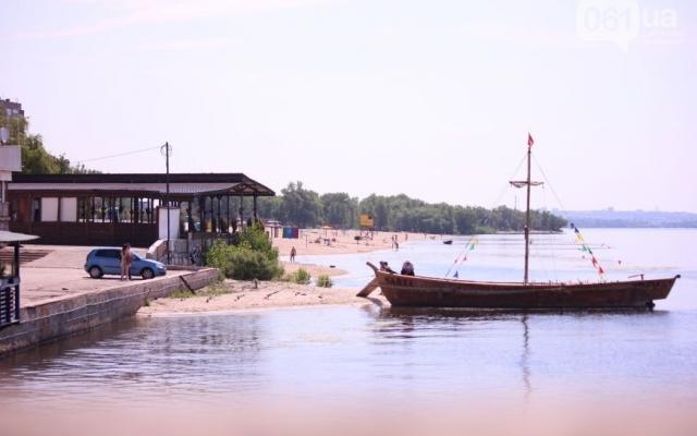 Запорожские пляжи продолжают наполняться отдыхающими