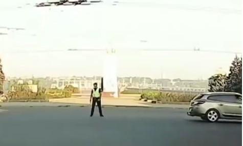 В Запорожье полицейский-регулировщик повеселил водителей (ВИДЕО) Фото № 0