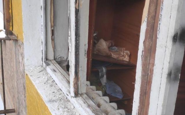 Мужчину, который выбрасывал из окна мебель в Запорожье, увезли в психиатрическую больницу Фото № 1