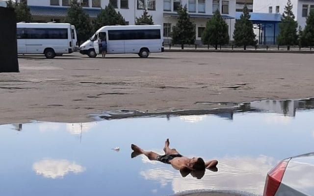Курьезы: В Запорожской области мужчина принимал водные процедуры в большой луже Фото № 0