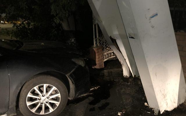 В Бердянске из-за открытого люка автомобиль въехал в остановку (ФОТО) Фото № 3
