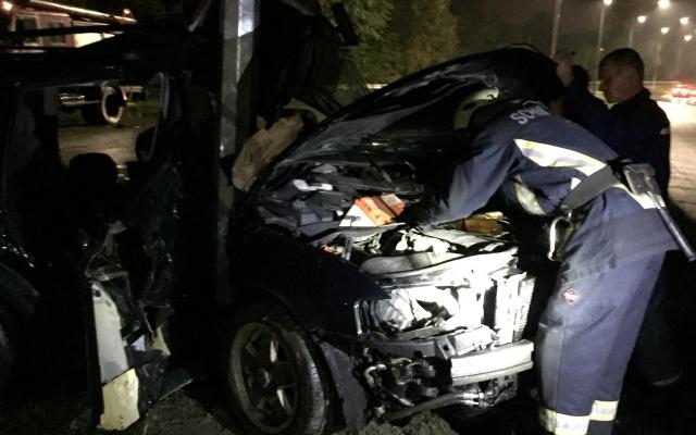 В Запорожье у столба машина сложилась пополам: водитель был без сознания (ФОТО) Фото № 0