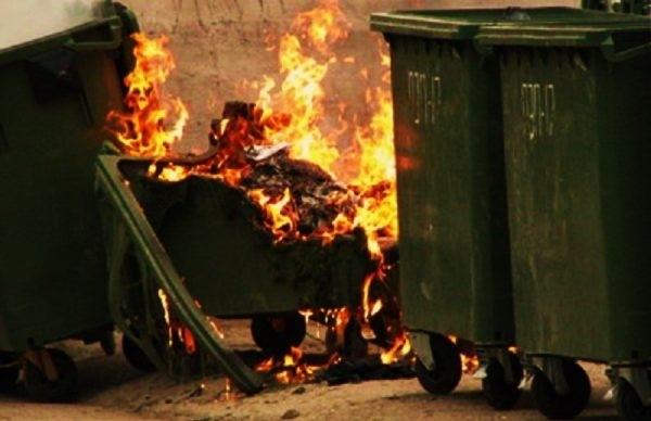 Запорожцы намеренно сжигают мусорные баки Фото № 0