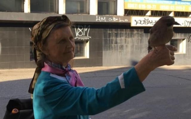 Одинокая пожилая жительница Запорожья завела необычного питомца (ФОТО) Фото № 0