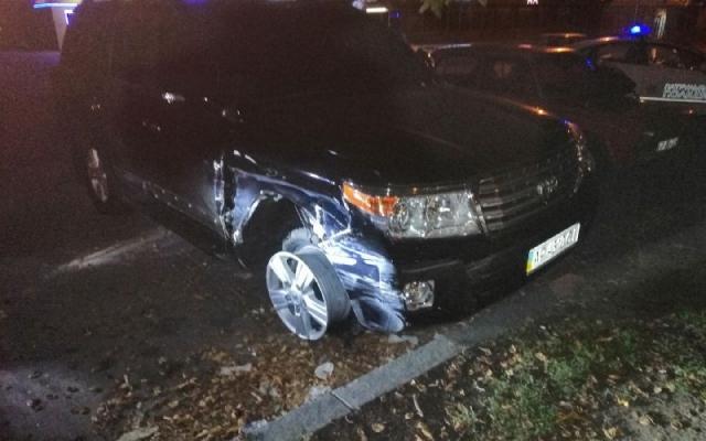 В Запорожье лихачил водитель на внедорожнике и разбил две машины (ФОТО) Фото № 1