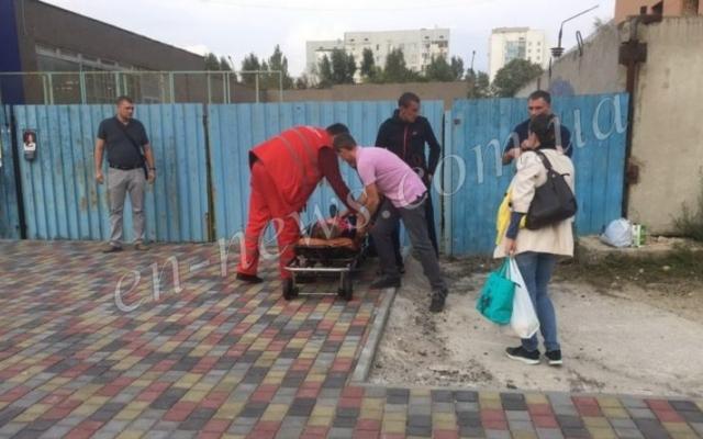 В Запорожской области на улице пытались привести в чувство девушку (ВИДЕО) Фото № 1