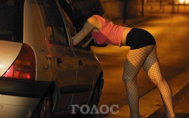 36 Голосующая девушка ночью снимается на трассе видео