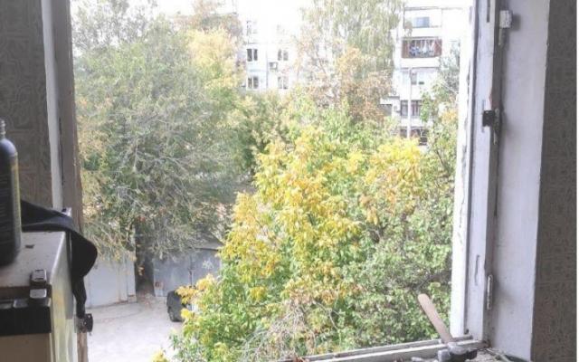 Мужчину, который выбрасывал из окна мебель в Запорожье, увезли в психиатрическую больницу Фото № 2