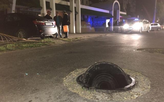 В Бердянске из-за открытого люка автомобиль въехал в остановку (ФОТО) Фото № 0