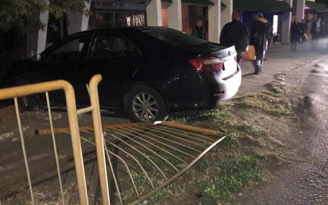 В Бердянске из-за открытого люка автомобиль въехал в остановку (ФОТО) Фото № 2