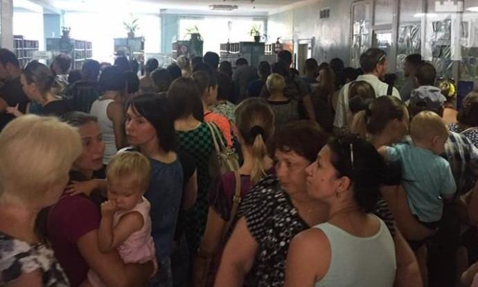 Фотофакт: Мамы с детьми не могут попасть к врачу, выстаивая бесконечные очереди