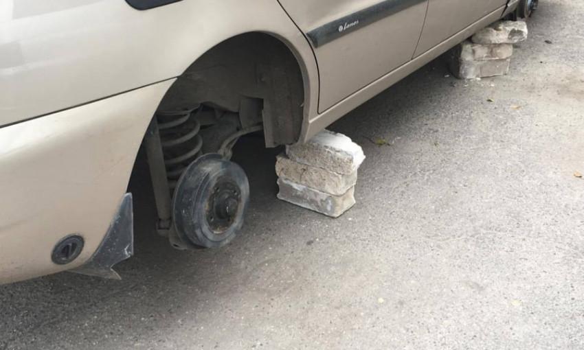 В Запорожье автомобиль стоял на кирпичах