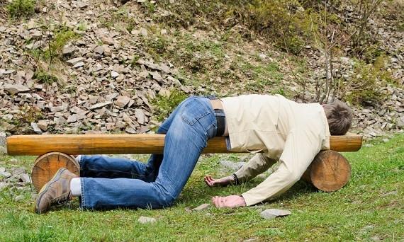 Курьезы: В Запорожье мужчина спал рядом с машиной патруля (ФОТО)