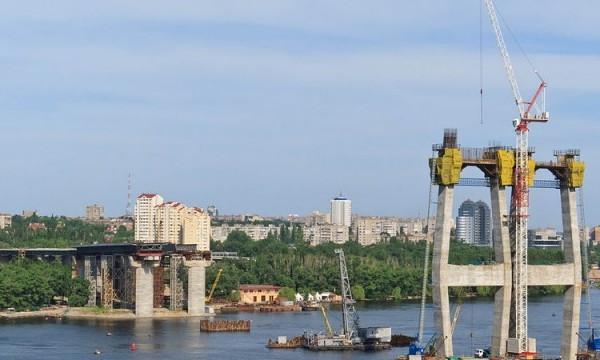 В Запорожье тонущий строительный кран спасала ГСЧС