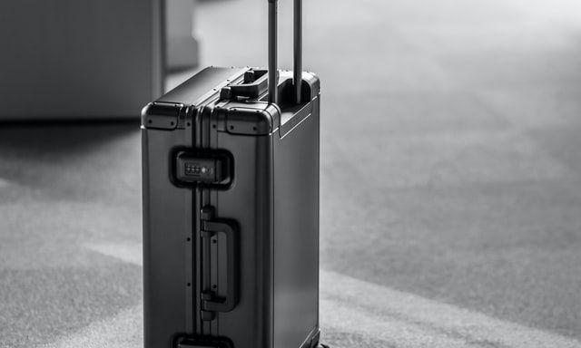 Большие чемоданы на колесиках - необходимая вещь для каждого увлеченного путешественника